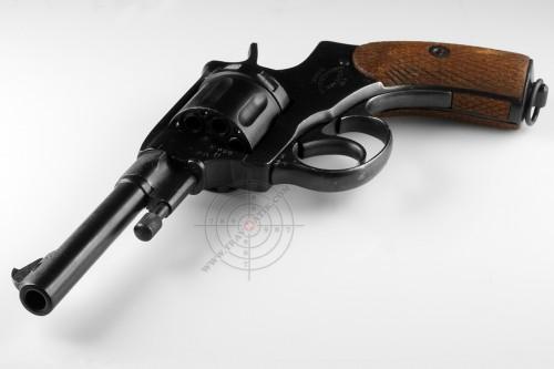 01. Травматический револьвер «Комбриг» на базе «Нагана» 1918 года выпуска.